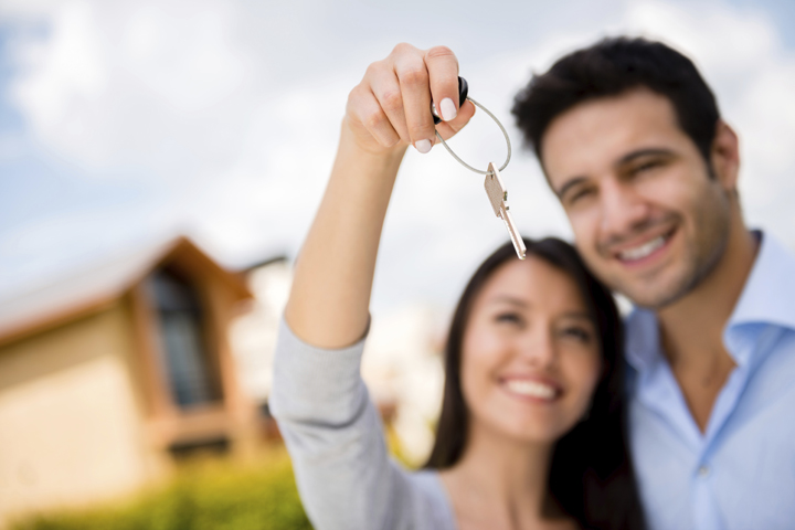 young-couple-with-keys.jpg